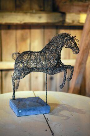 Susannes luftiga skulpturer av ståltråd - här ett kärt motiv, en häst.