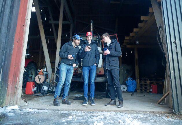 Torbjörn Lindblom och Elias Larsson har under sex veckors tid testat sig igenom tre olika mobiltelefoner tillsammans med teknikreporter Fredrik Stork för att utse den bästa bondemobilen.