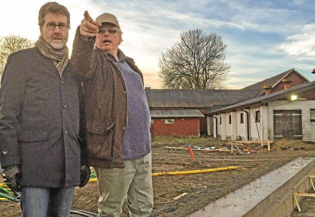 Kommunalrådet Ulf Kamne (MP) och arrendatorn Ronny Johansson vid grunden till det nya kostallet på Häljereds gård.