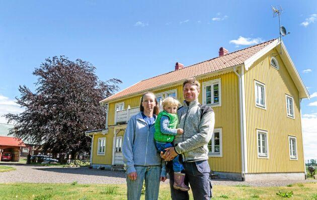 Mangårdsbyggnaden från 1850 brann ned till grunden 2010. Anna Carlevad och Martin Andersson flyttade in i ett nytt hus som stod klart nio månader efter branden. För tre år sedan föddes sonen Daniel.