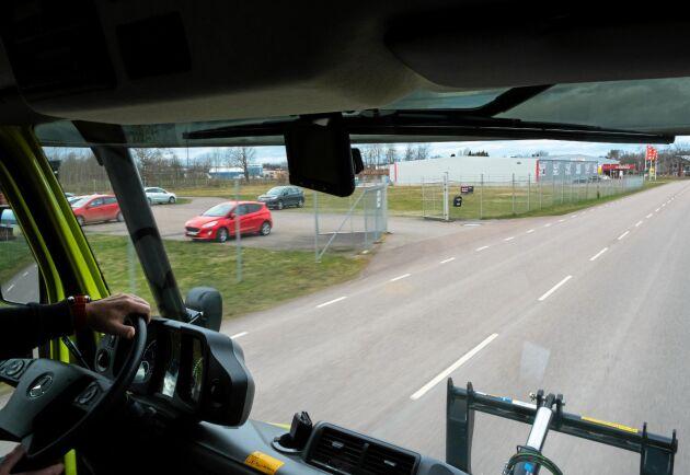 Förarhyttens placering ger en fantastisk överblick över frontmonterade redskap och gör färden lastbilslik.