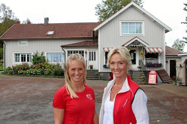 Martina Larsson och hennes mamma Ann-Helene Larsson framför släktens lanthandel sedan 1878.