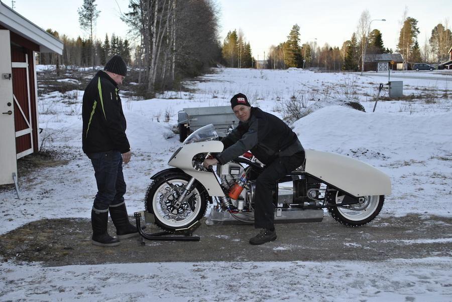Anders Johansson med sin egenhändigt byggda, jetdrivna motorcykel.