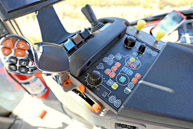 Case IH:s numera klassiska armstöd med multifunktionshandtag och joystick. Tydliga och logiska knappar gör manövreringen enkel. Stort plus att armstöd och skärm inte inkräktar på stolens svängning.