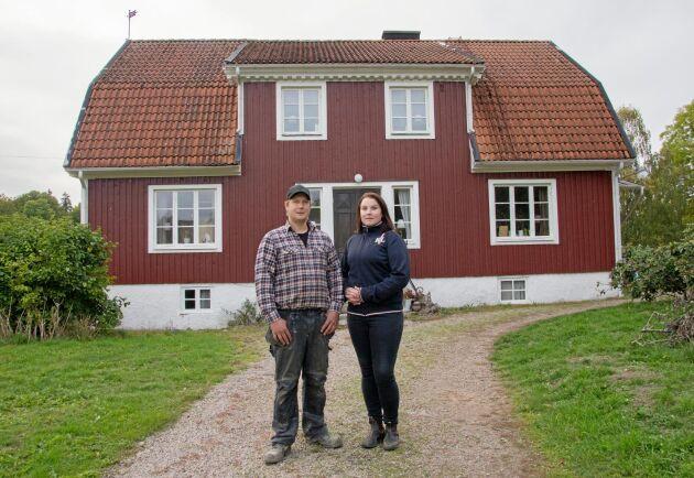 Köttbönderna Robin Andersson och Pernilla Olsson har rustat upp gården i Hjälmseryd med anor från 1880-talet.