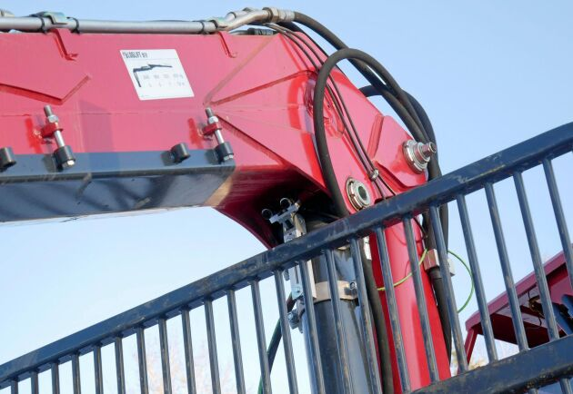 Högst upp på kranpelaren sitter en kamera som sänder information till föraren i personalvagnen.