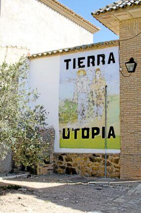 Väggmålningar med olika budskap finns på olika platser i byn.
