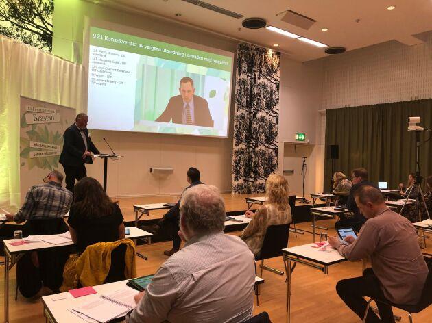 Patrik Ohlsson, LRF Värmland, talar i LRF:s stämmolokal i Brastad.