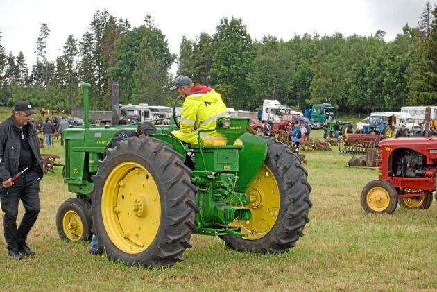 John Deere. De gröna maskinerna från USA var auktionens snackisar. En provkörning kan höja priset.