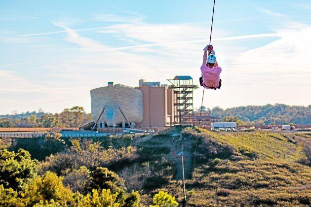 Noas ark i Williamstown i delstaten Kentucky i USA är världens största träkonstruktion. Den som vill kan välja att åka zipline till arken.