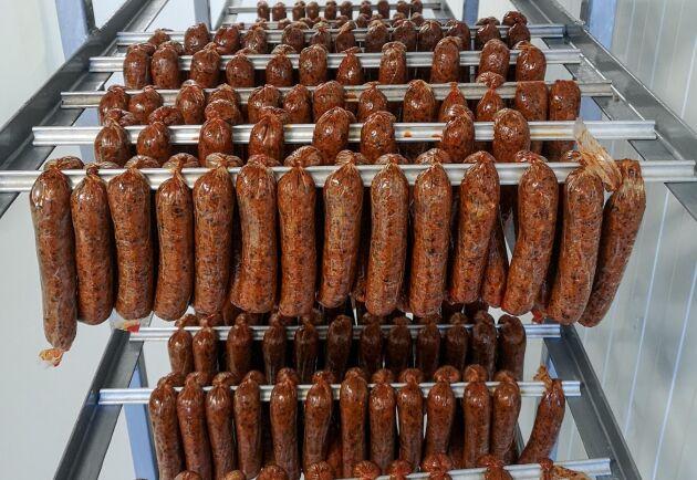 Det finns många olika produkter i Gotlands korvfabriks sortiment, förutom traditionell korv av köttråvara producerar Petter Bendelin bland annat växtchorizo och växtwurst.