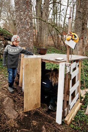 Gunnar har byggt kojan själv och vet hur man hanterar olika verktyg.