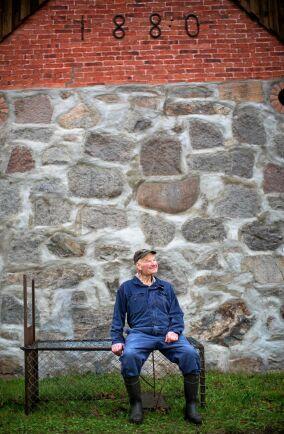 Roland vid den gamla ladans stenmurade vägg.
