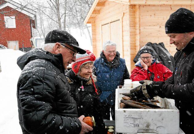 Den rökta fisken från fjällvattnen är populär hos kunder runt om i landet.