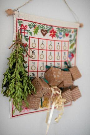 Egen tygkalender med hemgjorda julklappar och en buxbomskvist som prydnad.