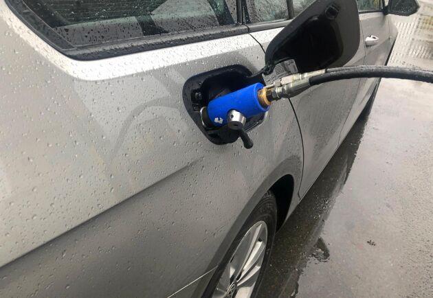 Bilen går snålt, 7,2-7,46 kronor per mil när både gas och bensinkostnader är inräknade. Allt omkullkastas dock av Coronakrisen som även har dragit med sig gaspriset i fallet.