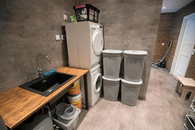 Praktiskt med den rymliga och moderna tvättstugan i det nybyggda huset.