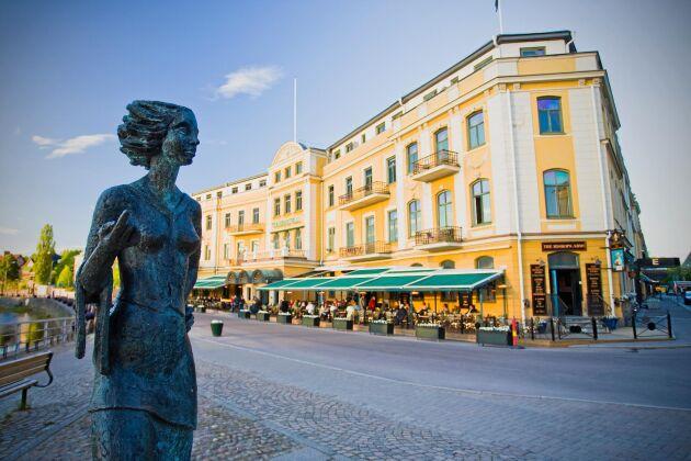 """Framför det anrika stadshotellet i Karlstad står """"Sola"""" staty."""