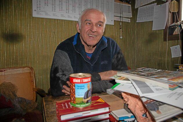 Från skafferiet i arbetsrummet plockar Rune Åstrand fram en burk bruna bönor. Grödan är viktig för Öland och har förutsättningar att odlas även i framtiden, tror han.