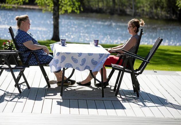 Platsen i naturen är en perfekt miljö för samtal. Det tycker både samtalsterapeuten Anne-Lie Fant och Cecilia Larsson som kommit till mottagningen i Ängesträsk.