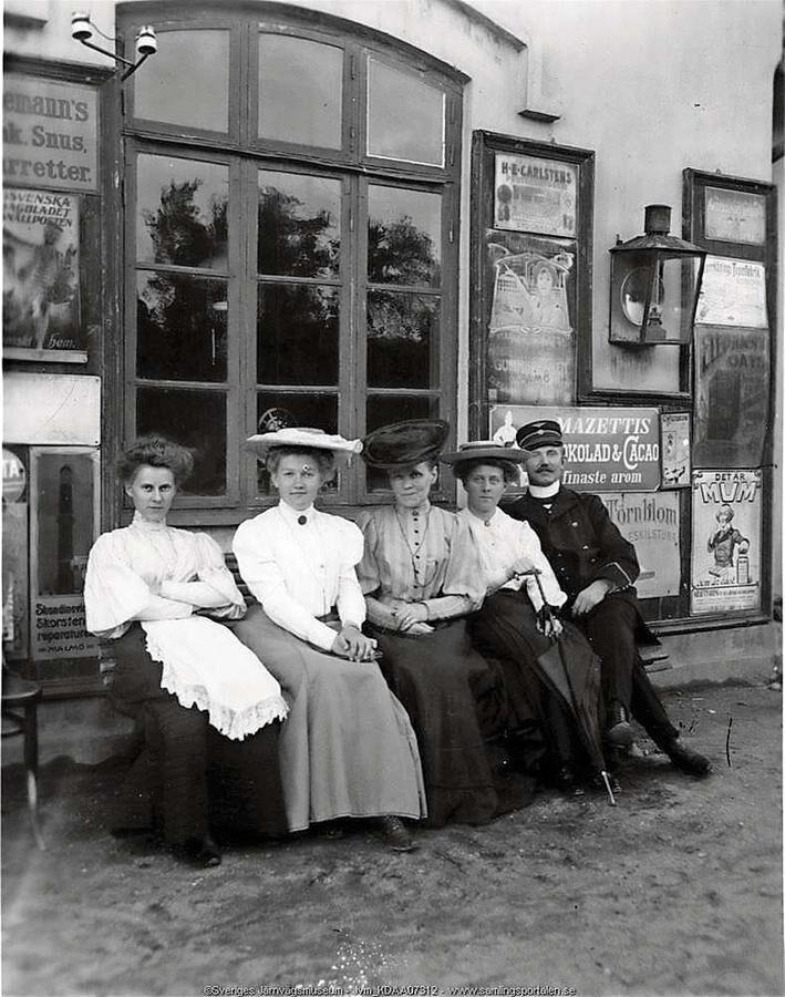 Anno 1900. Titta vad fint klädda vi var på stationen.