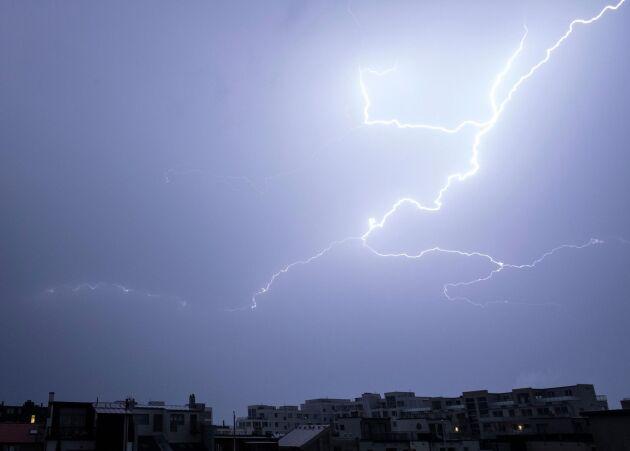 Blixtar på himlen över Malmö när ett kraftigt åskoväder drog in över Skåne natten till fredagen.