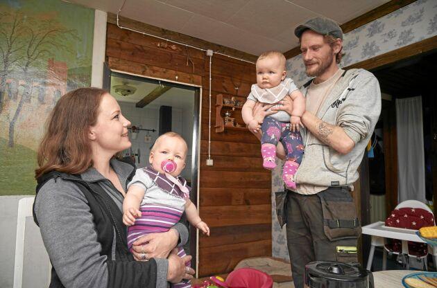 Fullt upp för de Maria och Ola med både små tvillingdöttrar och fullt av djur på gården.