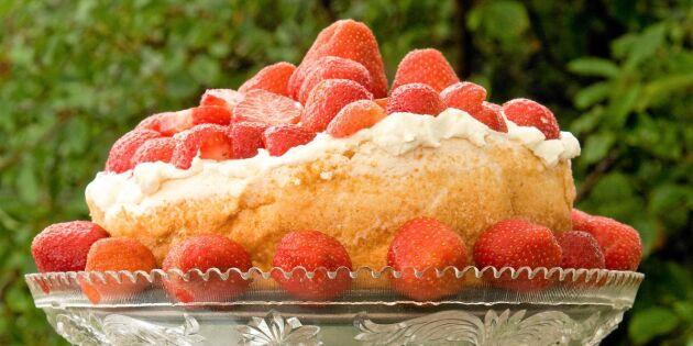 Glömd maräng med jordgubbar, grädde och glass