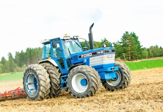 Blue power! Pontus Norberg med Ford TW25:an. Det är dags att harva.