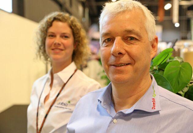 Ina Karlshöj Julegård på Unibio och Arne Ringsing, produktchef på Danish Agro tar fram ett foder som bygger på bakterier som matas med metangas.