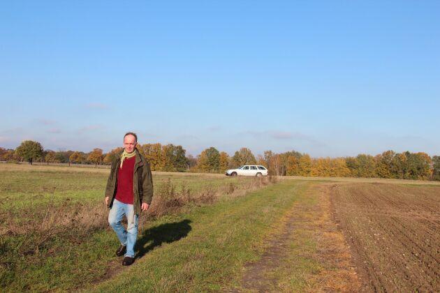Han är kritisk till att lantbrukargrannar sprutar med glyfosat och andra växtskyddsmedel på närliggande fält.