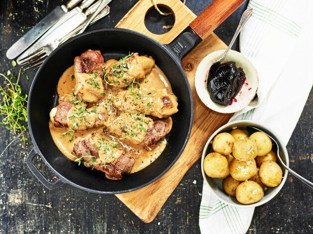 Lövbiffsrulladerna serveras med gräddsås och kokt potatis.