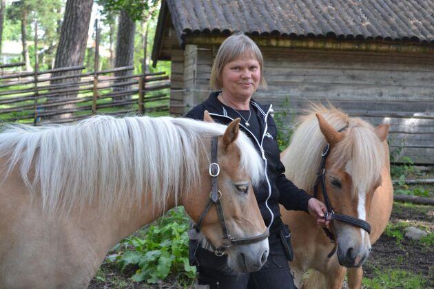 Museibonden Pia Karlsson med två av Lillskogens gotlandsruss.