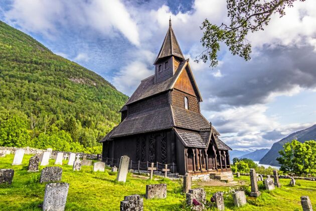 Urnes stavkyrka i Norge är en stavkyrka på gården Ornes vid Lustrafjorden är byggd av Fetvedsvirke i mitten av 1100-talet.