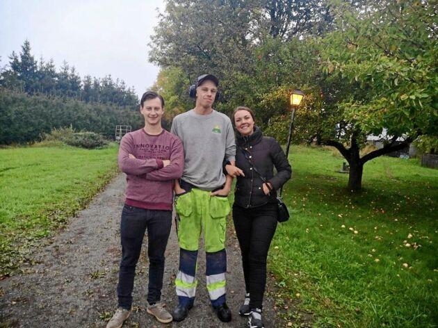 Matchmakern Oscar (t.v.) tillsammans med paret Olov och Ronja.