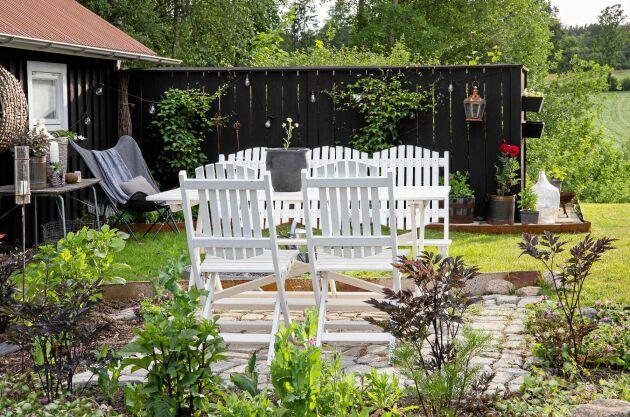Uthus, gästhus, bodar, växthus… ett av Cecilias knep är att låta de små byggnaderna fungera som ankare och sedan bygga upp miljöer runt om och intill.