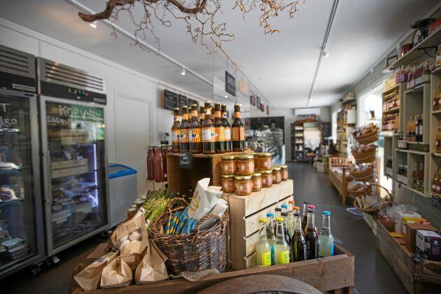 Butiken är fyllde med egen- eller närproducerade delikatesser.