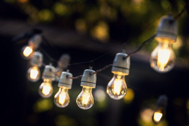 Har du tillräckligt med el så satsa på stora glödlampor. Underbar mysbelysning.