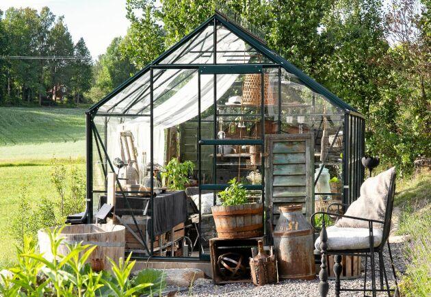 Slänten planades ut och gav plats för både växthus och köksträdgård. Det stora träkaret intill växthusets knut står för bevattningen. Växthus, Vitavia. Soffa, Strömshaga.