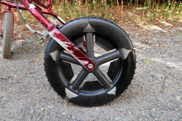 Fem broddar fästes runt bakhjulet med en supermagnet.