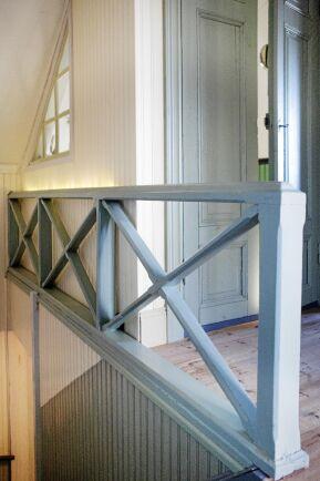 Det stilfullt enkla trappräcket var dolt bakom masonitskivor. Och innanför dem ett spännande brev.