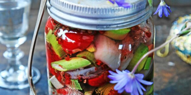 Färgglad primörsill med sparris och rädisor