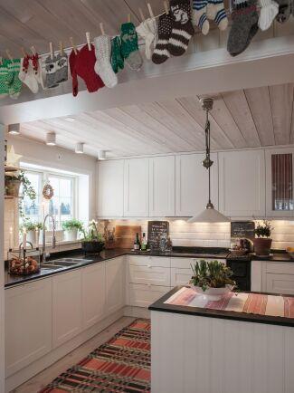 Med ett gäng klassiska raggsockor, klädnypor och en lina skapar du snabbt en charmig julgirlang.