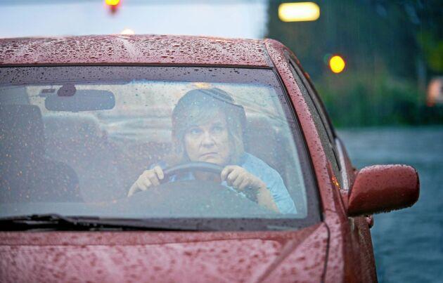 Bilen är inte en av de säkraste platserna när det blixtrar och dundrar ute.