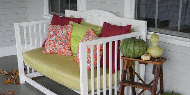 En soffa på verandan av gammal säng