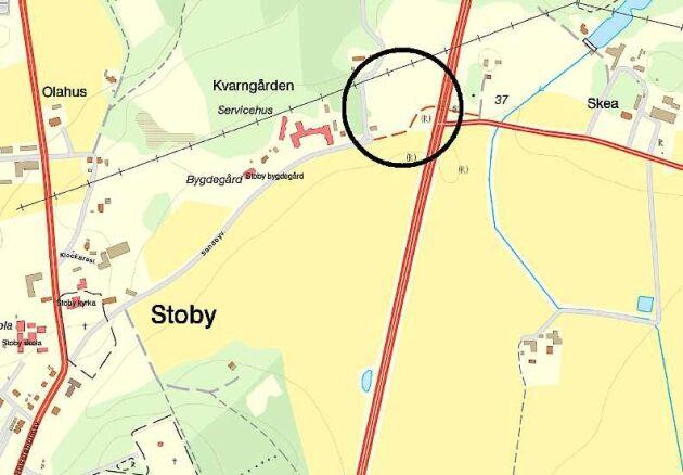 Planerna på att bygga en förbindelse mellan två vägar över jordbruksmark i skånska Stoby har mött protester.