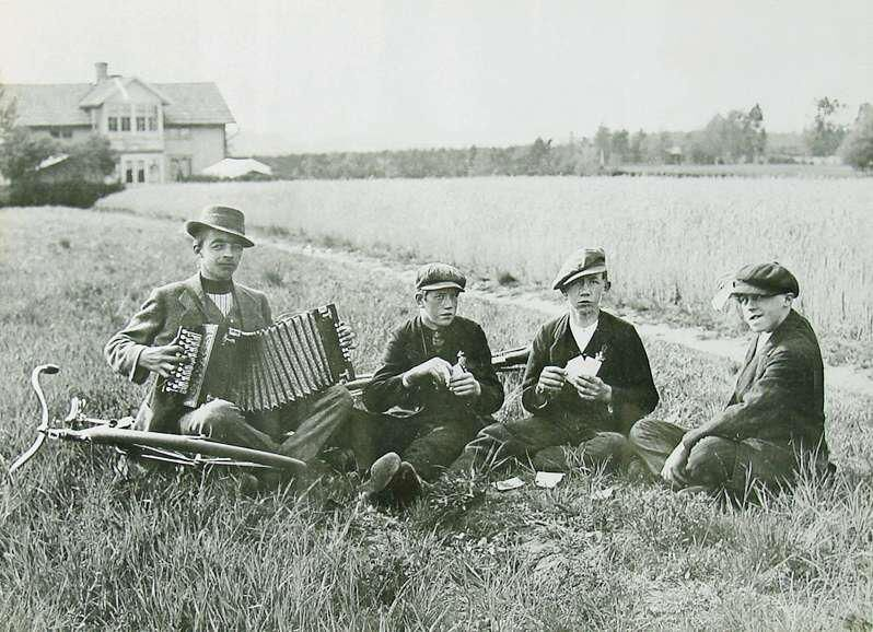 Tillsammans med goda vänner framför familjen Rhudins hus. Fridolf längst till höger.
