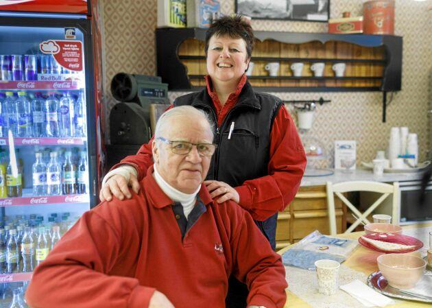 Den tidigare lanthandlaren, snart 80-årige Carl-Åke Westlund, är Margaretas mentor och hjälper henne flera gånger i veckan.