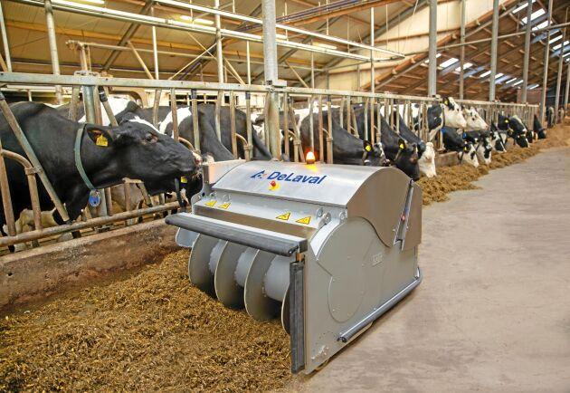 De Laval OptiDuo både puttar och mixar fodret på foderbordet.