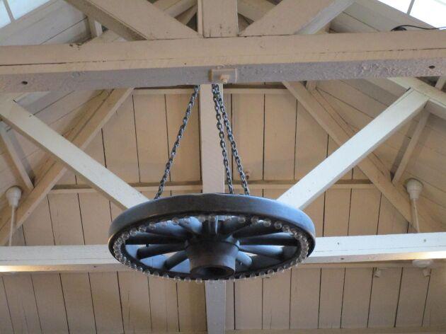 Och har du riktigt tur så kanske du kan få upp ett vagnshjul i taket på ladan och sedan kan du dekorera den med lampor, lyktor eller blommor.